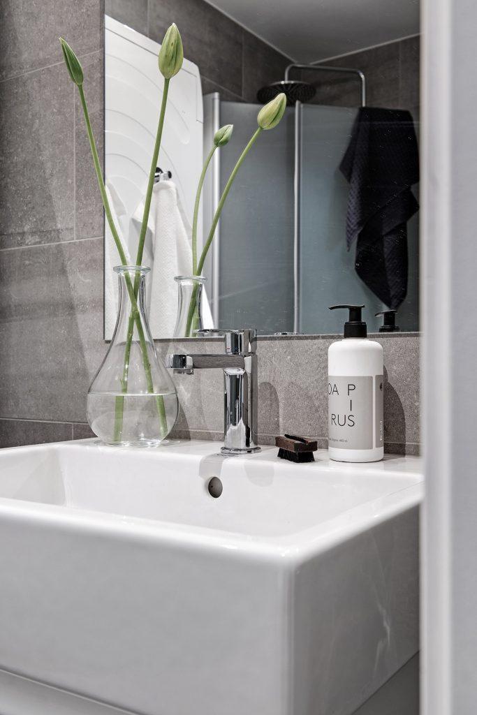 35 m2 pour vivre studio salle de bain miroir carré plante verte vase transparent carrelage béton gris - blog déco - clem around the corner