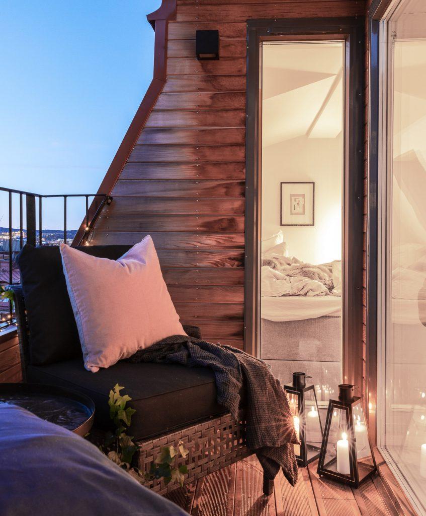 35m2 pour vivre studio petit balcon lanterne bougie blanche vitre chambre fauteuil confortable coussin extérieur cosy plante verte - blog déco - clem around the corner