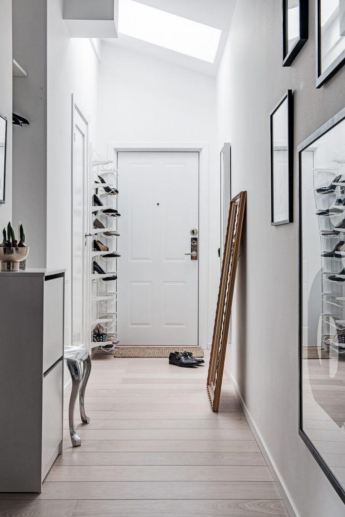 idée déco studio hall entrée blanche style lumineux épuré porte miroir marron tapis osier rectangle lucarne lumière blond - blog déco - clem around the corner