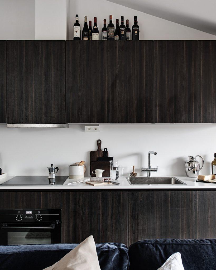 idée déco studio cuisine meuble bois chêne foncé four plan travail blanc ambiance sobre élégante - blog déco - clem around the corner