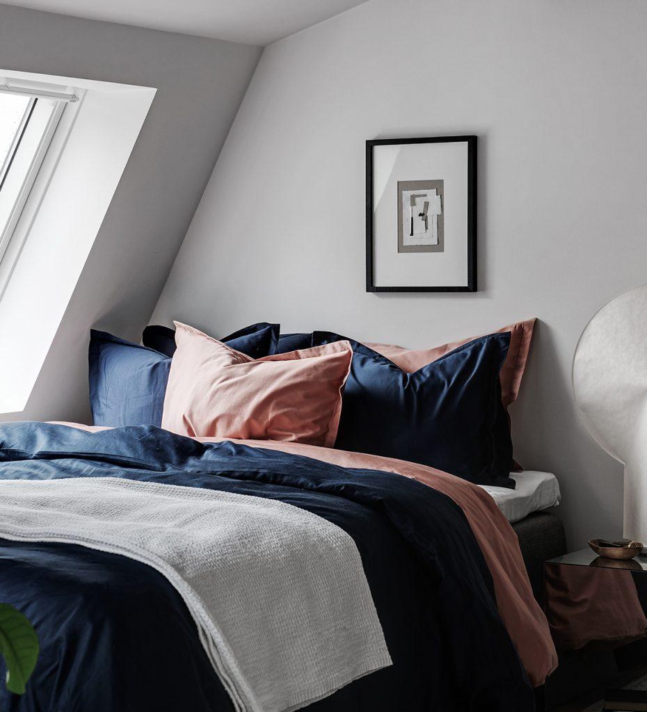 idée déco studio chambre lit double coussin couette couverture lampe ronde papier blanche table chevet - blog déco - clem around the corner