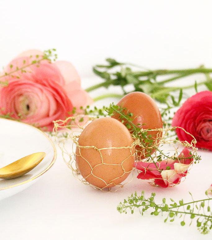 Pâques diy oeuf ficelle laiton assiette blanche dorée rose fleurs - blog déco - clem around the corner