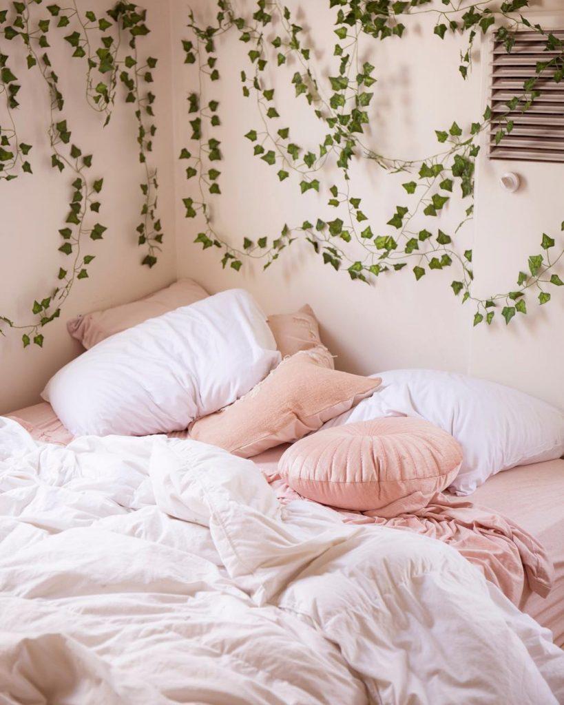 chambre rose et verte lierre lit coussins - blog déco - clem around the corner