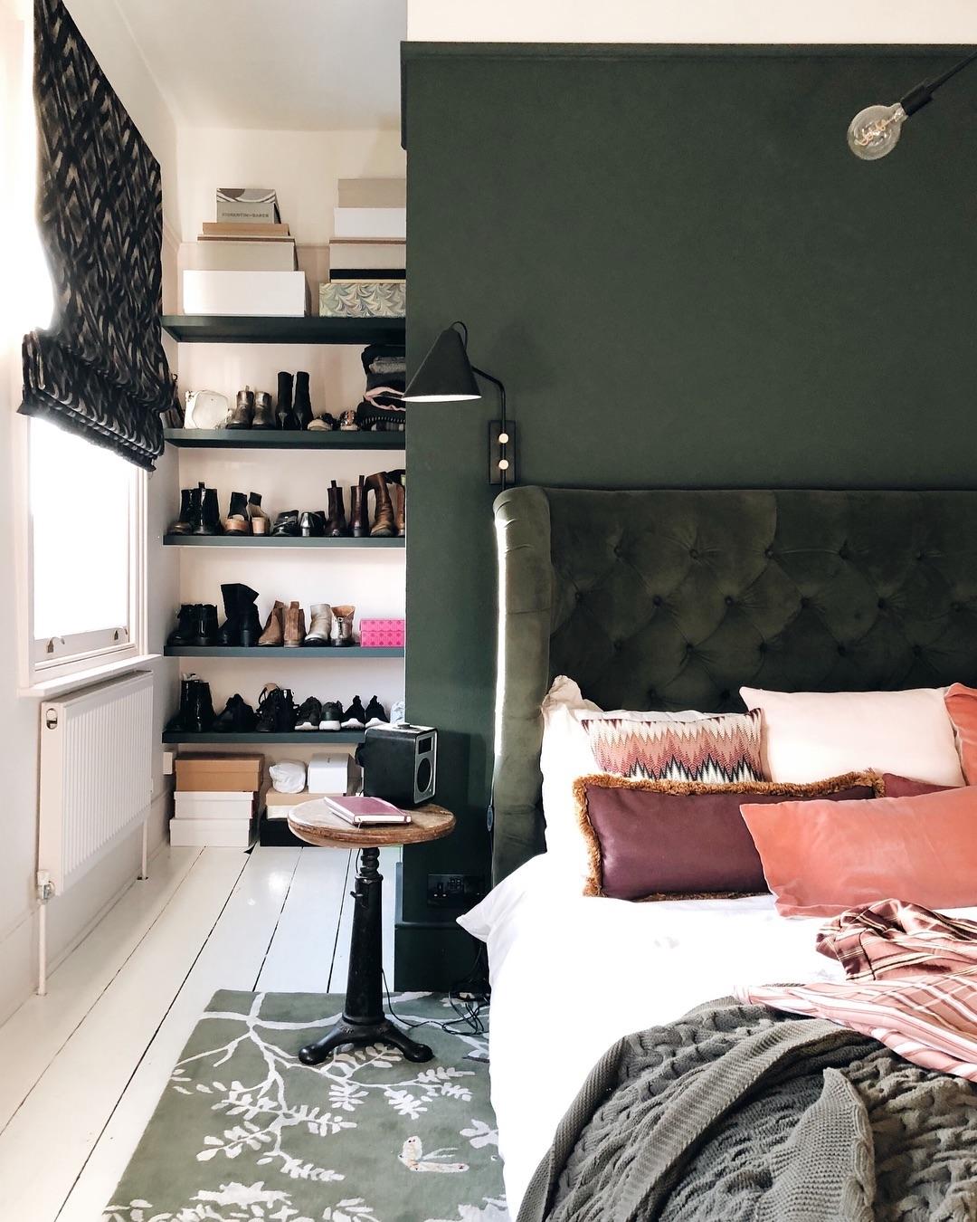 chambre rose et verte décoration originale tête de lit velours - blog déco - clem around the corner