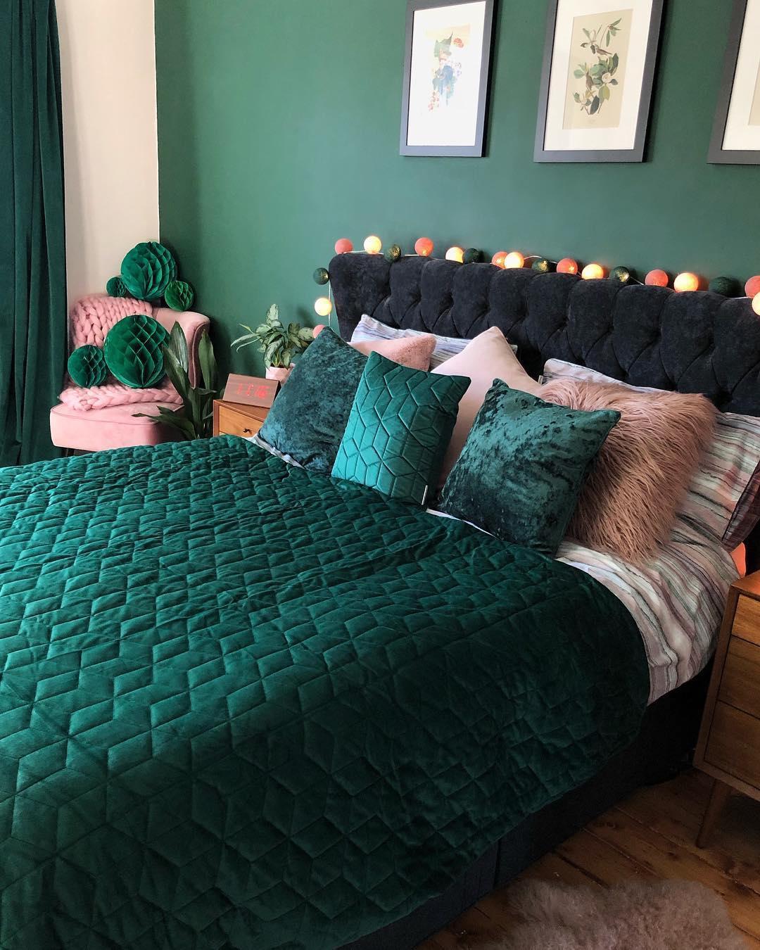 chambre rose et verte lit original velours fausse fourrure - blog déco - clem around the corner