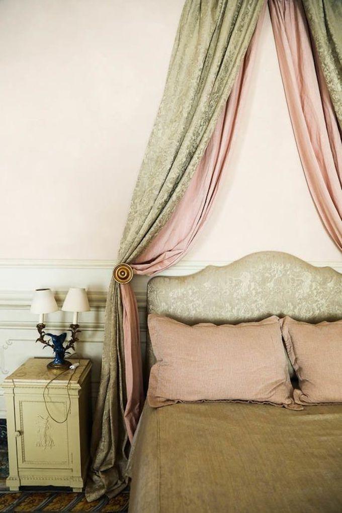 chambre rose et verte lit vintage rétro baldaquin château - blog déco - clem around the corner