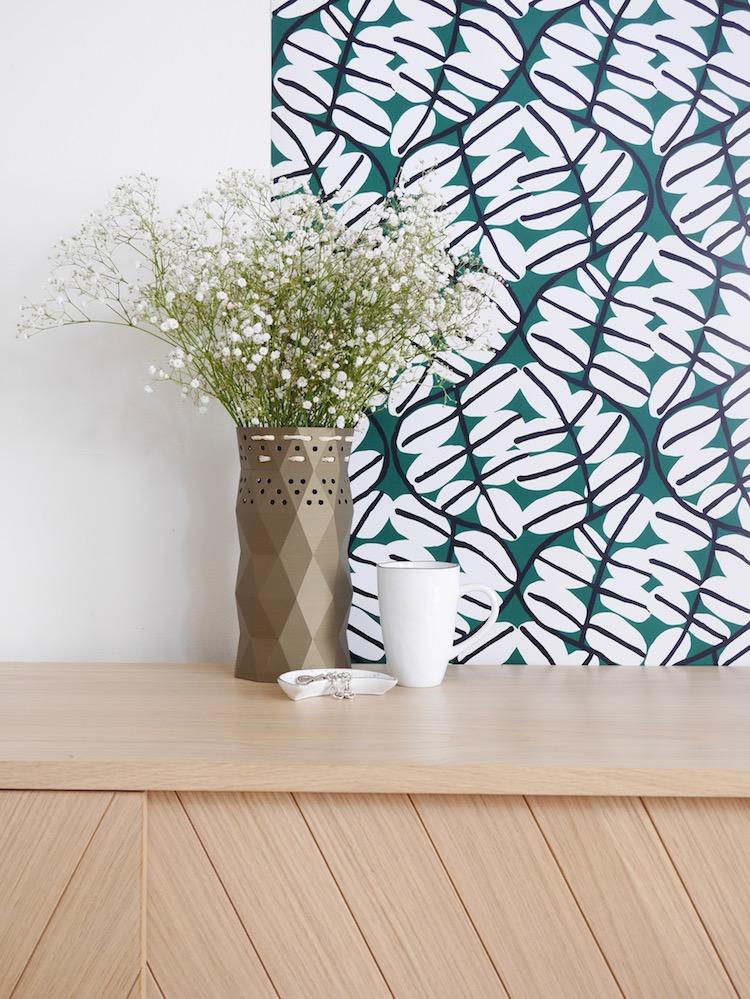 cache pot vase plante fleurs blanches pot marron salon orange - blog déco - clem around the corner