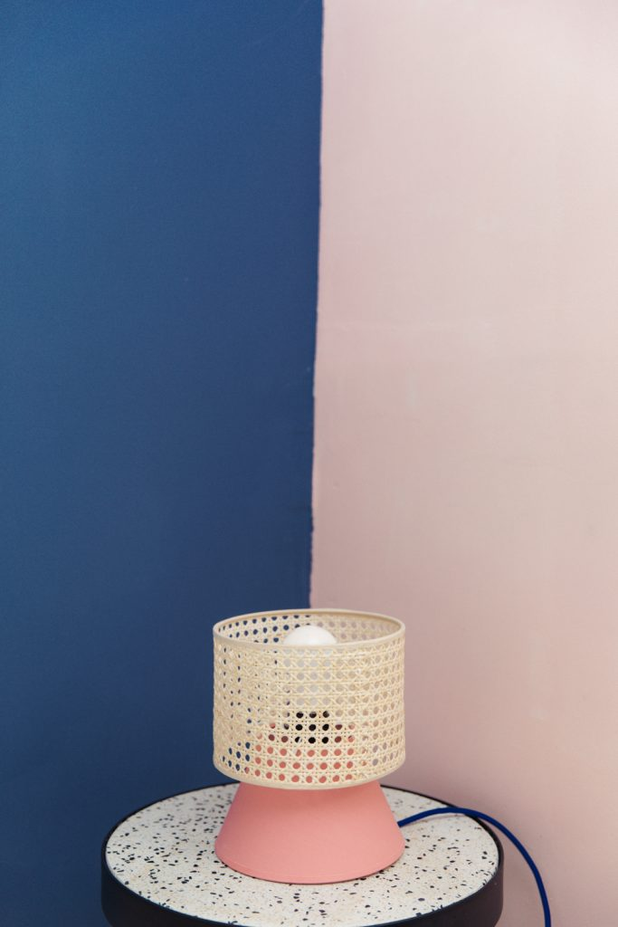 cannage diy lampe rattan rose - blog déco - clem around the corner