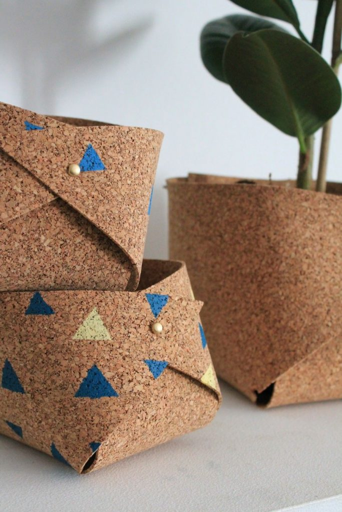 cache-pot DIY liège upcycling écolo motif triangle bicolore bleu jaune plantes salon - blog déco - clem around the corner