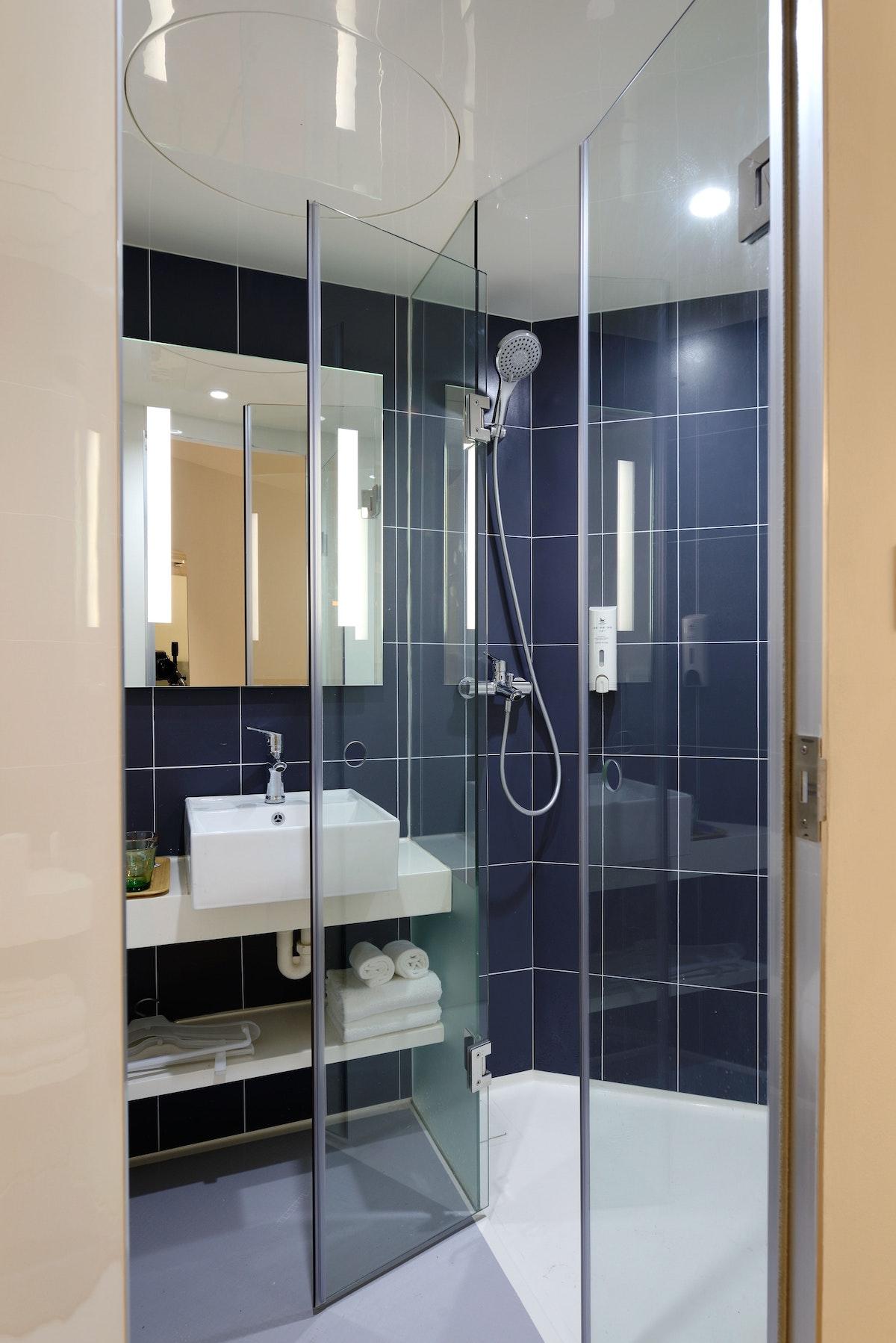 salle de bain connectée miroir intelligent carrelage bleu - blog déco - clem around the corner