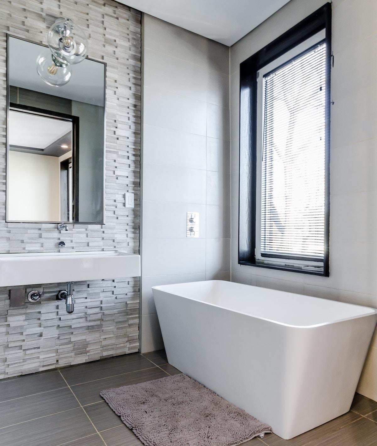 salle de bain connectée simple blanc gris hygge design - blog déco - clem around the corner