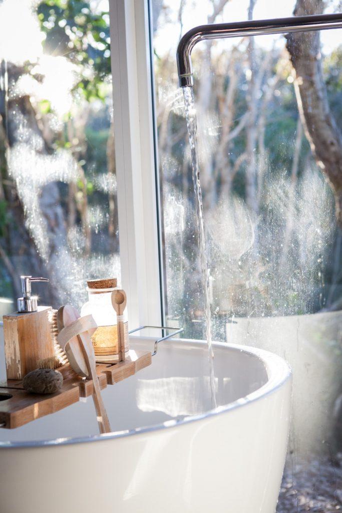salle de bain connectée baignoire robinet eau consommation - blog déco - clem around the corner