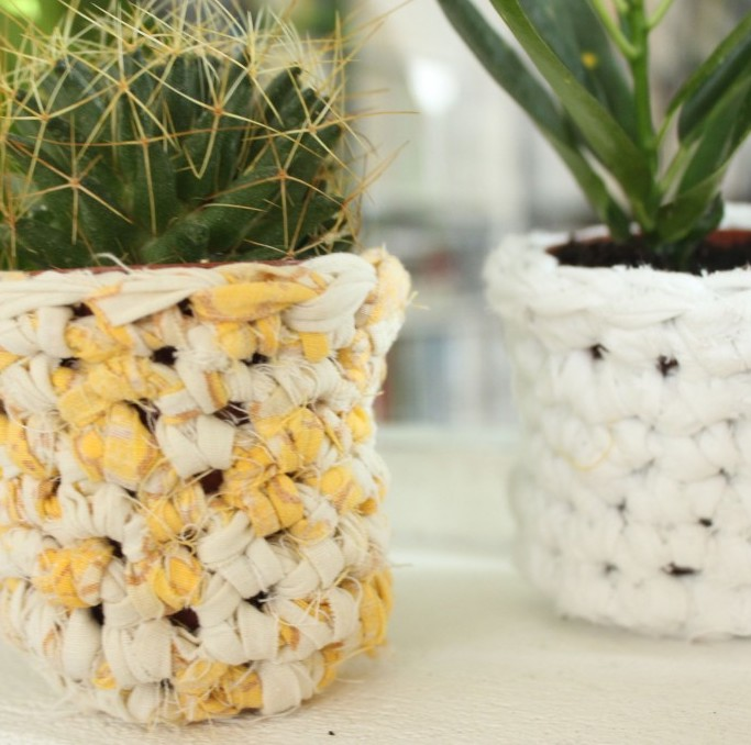 cache pot tissu crochet jaune blanc bicolore cactus - blog déco - clem around the corner