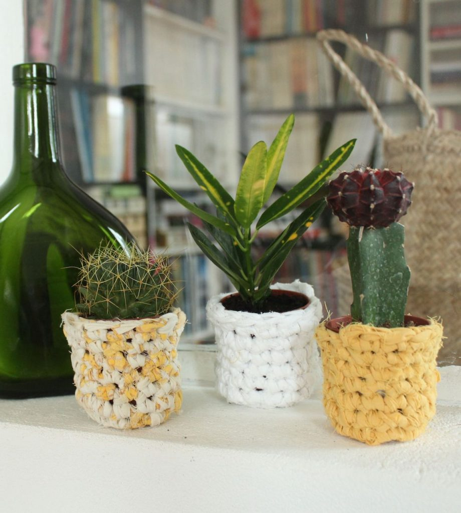 cache-pot DIY crochet laine jaune blanc bicolore vase verre transparent vert ovale - blog déco - clem around the corner