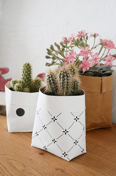 cache pot diy papier peint blanc noir table bois - blog déco - clem around the corner