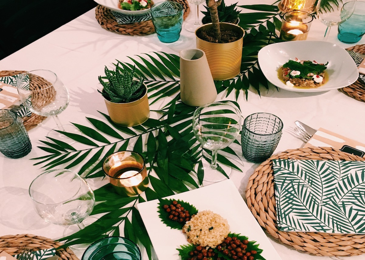 table style jungle nappe blanche feuille tropicale set osier - blog déco - clem around the corner
