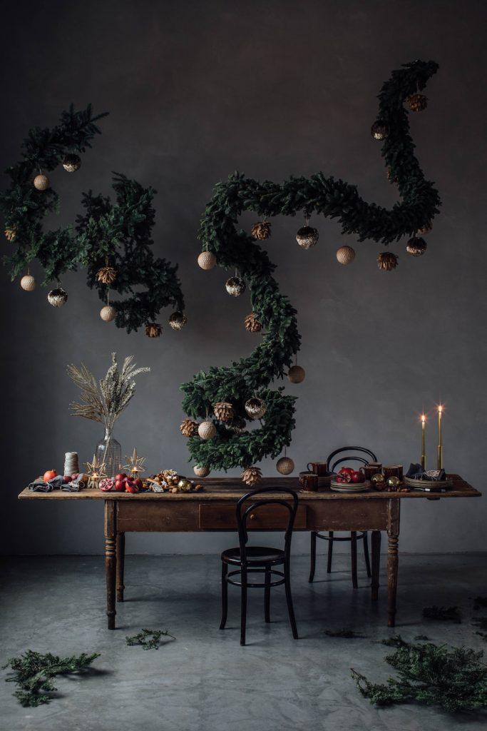 décoration décembre fête mur noir maison guirlande suspendu table fete romantique set design buffet 24 décembre