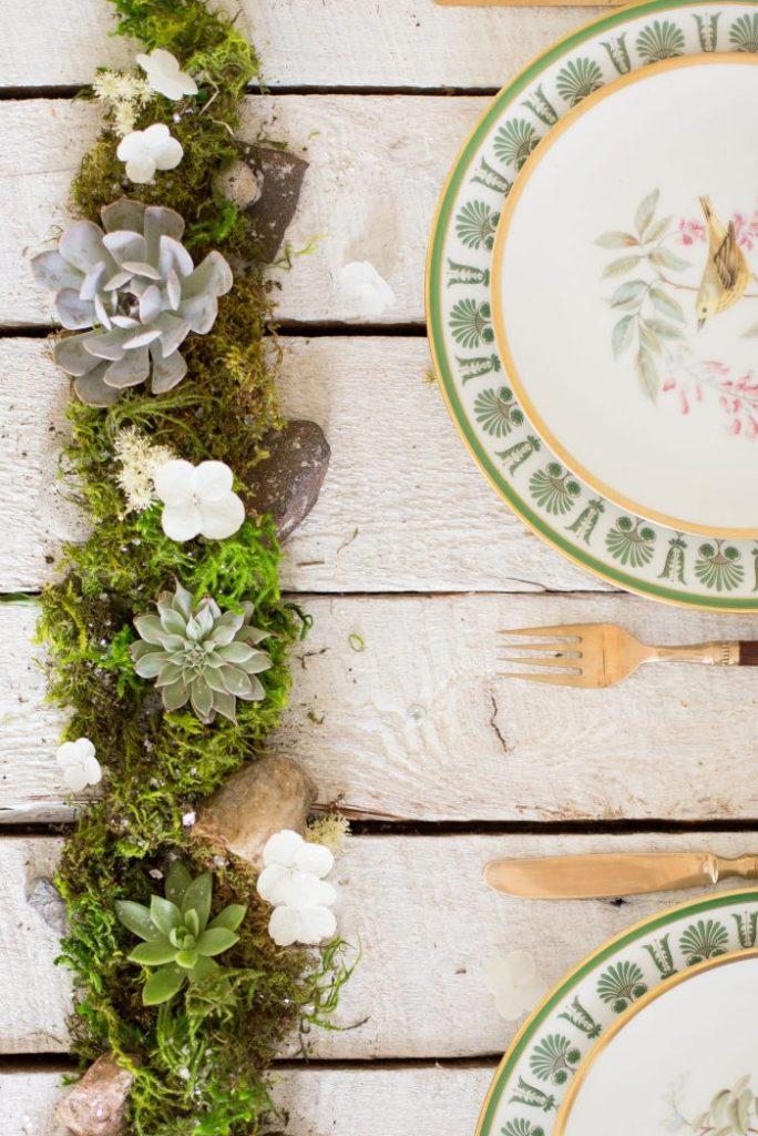 table style jungle rustique campagne chemin table bois décoration mousse galet fleurs - blog déco - clem around the corner