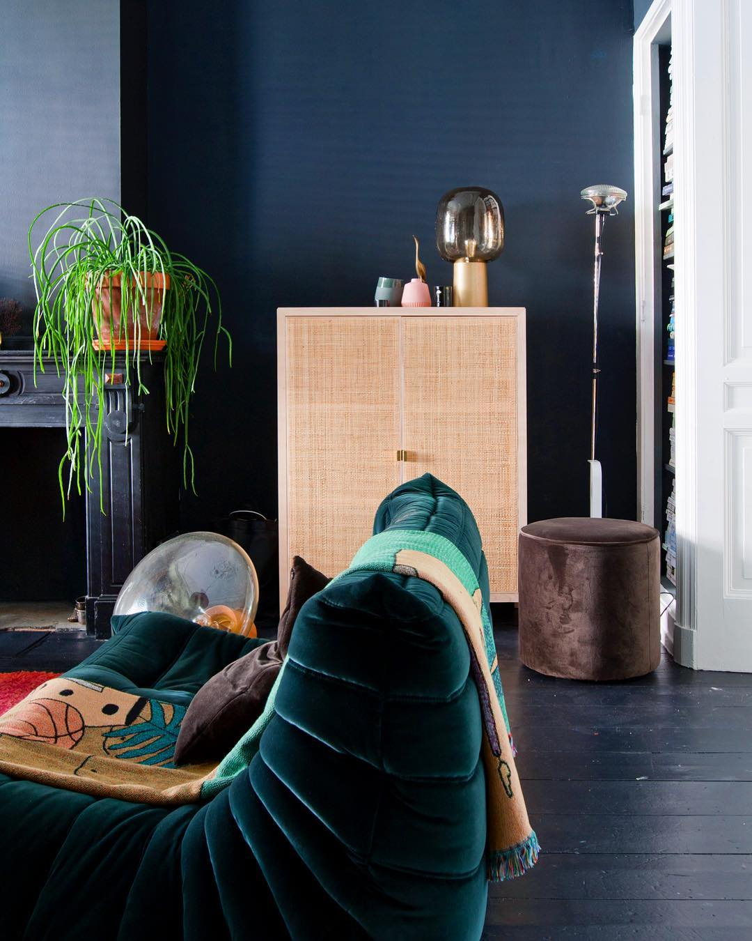 salon buffet cannage parquet peint en noir togo canapé ligne roset velours vert canard