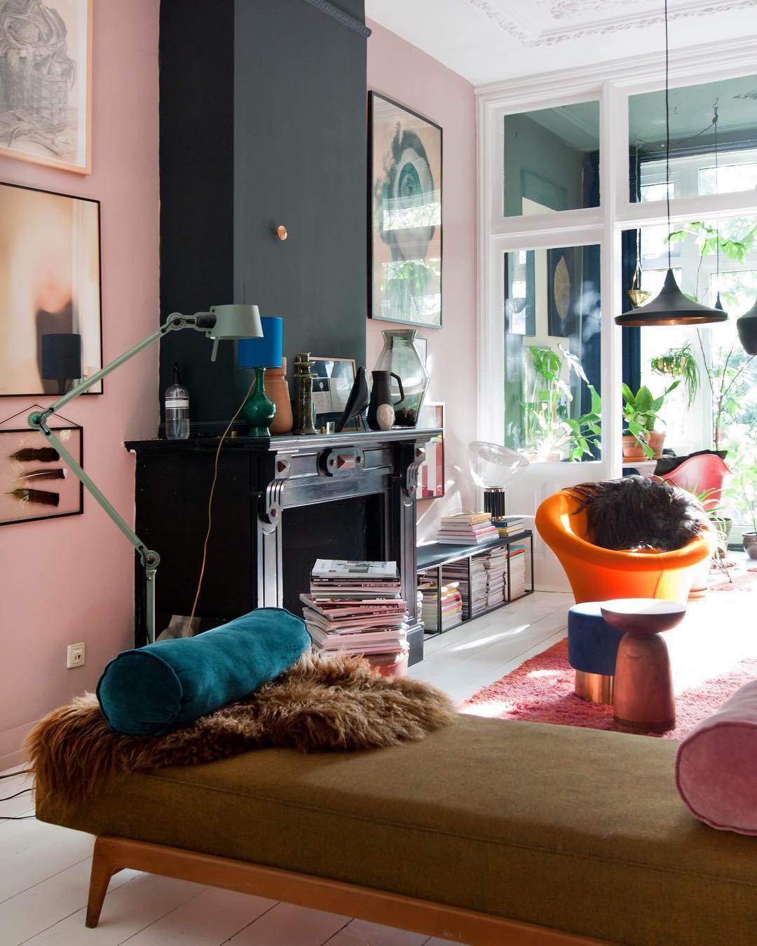 Théo-Bert Pot banquette salon mur rose et noir décoration vintage retro années 50