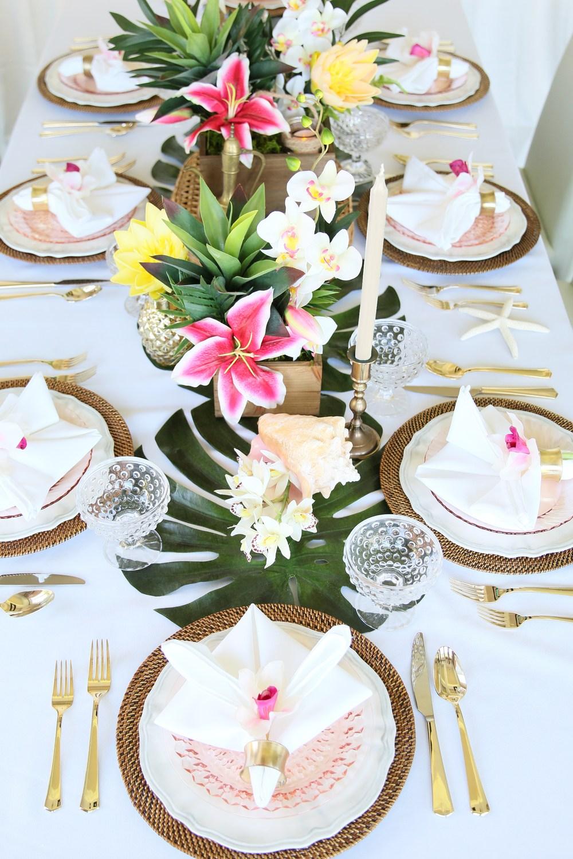 table style jungle blanc épuré fleur rose tropicale set table osier - blog déco - clem around the corner