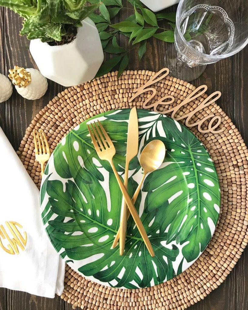 table style jungle rustique set table osier assiette feuille couvert or - blog déco - clem around the corner