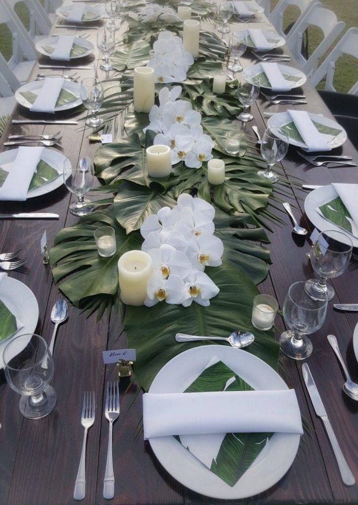table style jungle sobre élégant fleurs blanche feuille tropicale - blog déco - clem around the corner