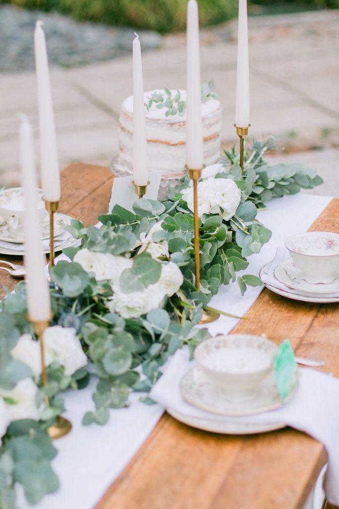 table style jungle sobre élégant table chandelier laiton nappe blanche - blog déco - clem around the corner