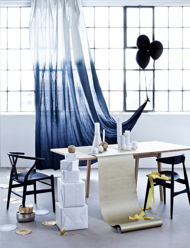 tie and dye bleu rideau voile table chaise bois - blog déco - clem around the corner