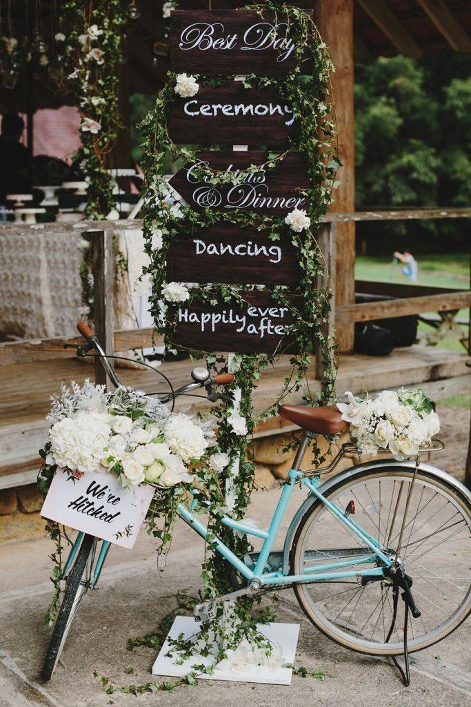 déco vélo mariage panneaux directionnels bleu bois - blog déco - clem around the corner