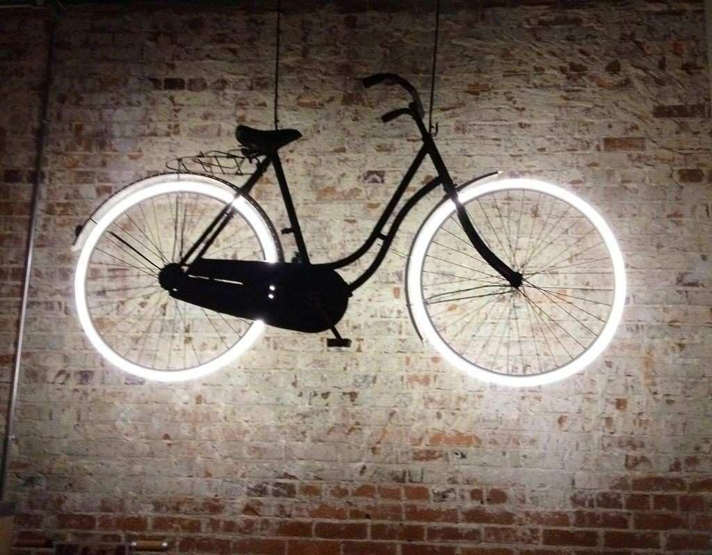 déco vélo suspension luminaire roue néon blanc - blog déco - clem around the corner