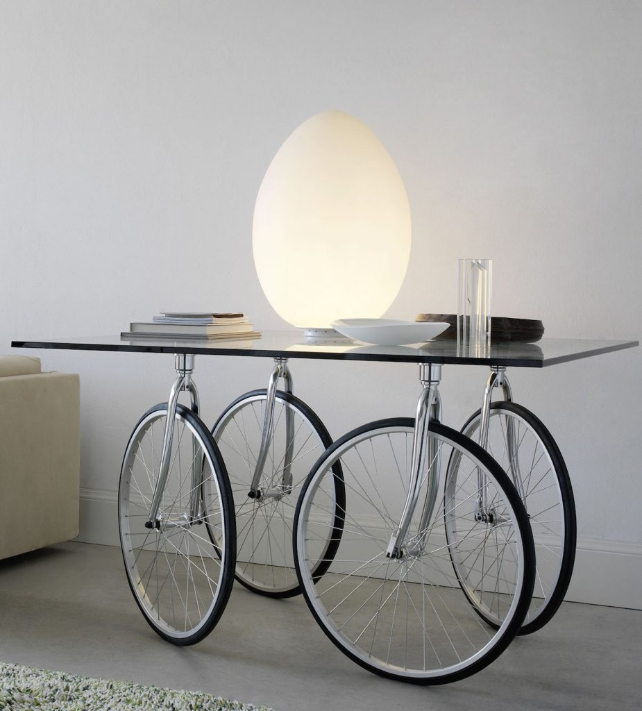 déco vélo table design verre roues salon épuré - blog déco - clem around the corner