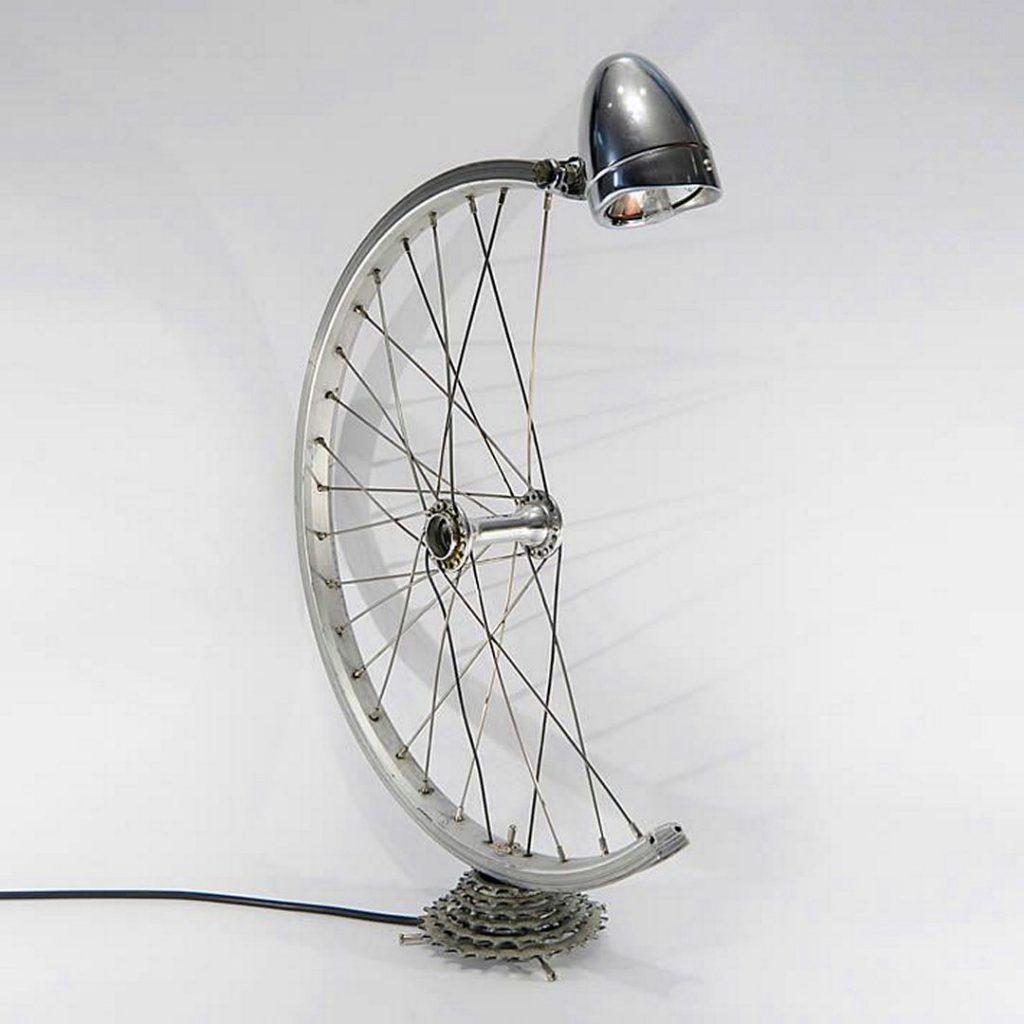 déco vélo lampe roue métal gris - blog déco - clem around the corner