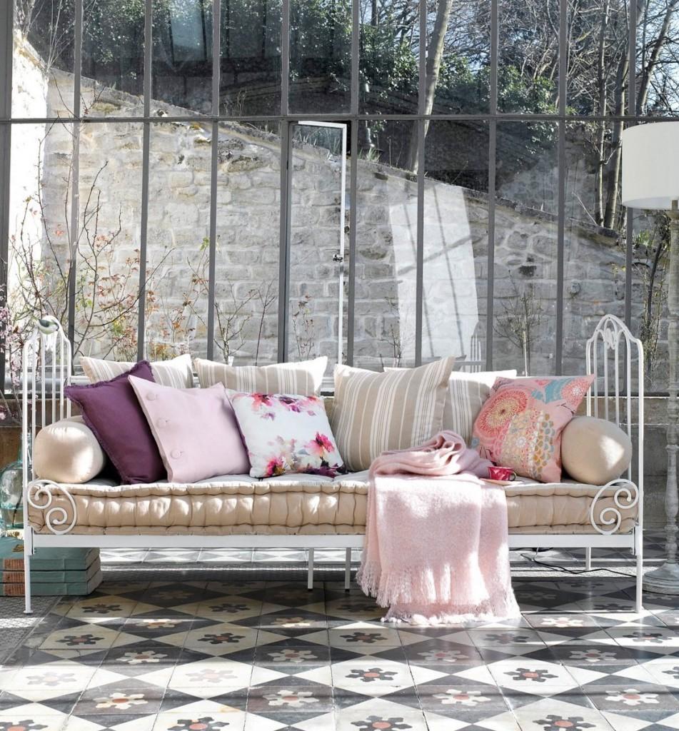 méridienne fer forgé blanche veranda coussin rose - blog déco - clem around the corner