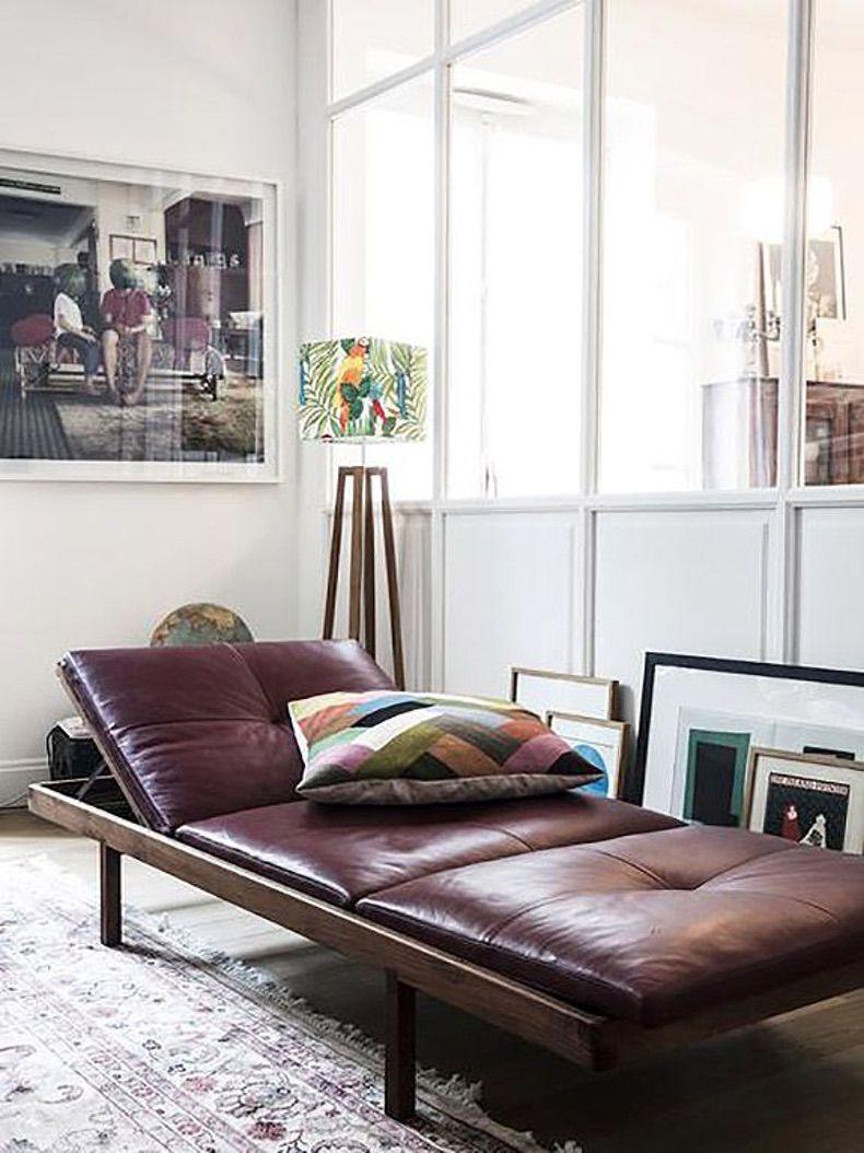 méridienne cuir violet matelassé salon coussin tapis artiste maison - blog déco - clem around the corner
