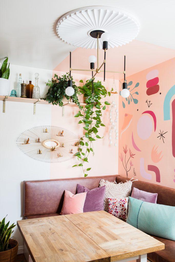 maison maximaliste rose tendance blush coin banquette décoration - blog déco - clem around the corner