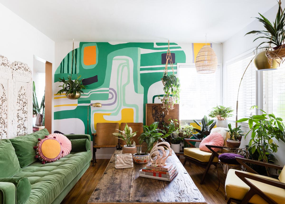 maison maximaliste salon vert mur coloré table bois esprit urban jungle - blog déco - clem around the corner