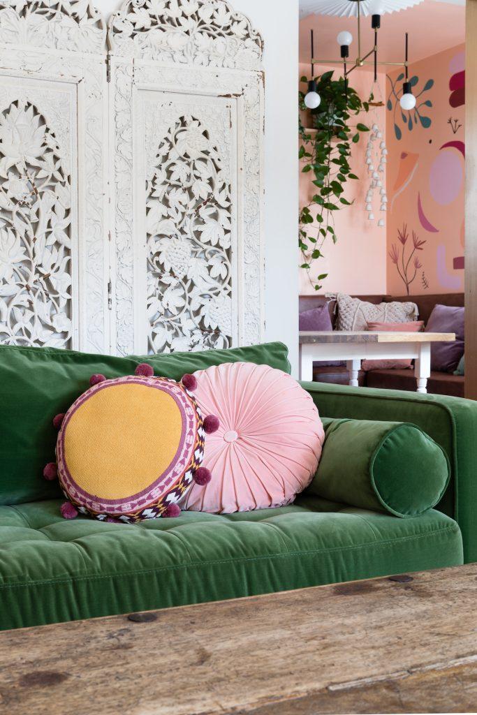 maison maximaliste salon bohème coloré canapé velours vert - blog déco - clem around the corner