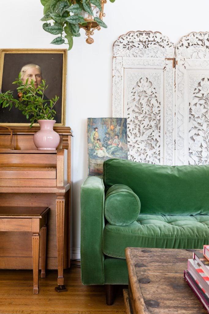 maison maximaliste piano bois vintage canapé velours vert - blog déco - clem around the corner