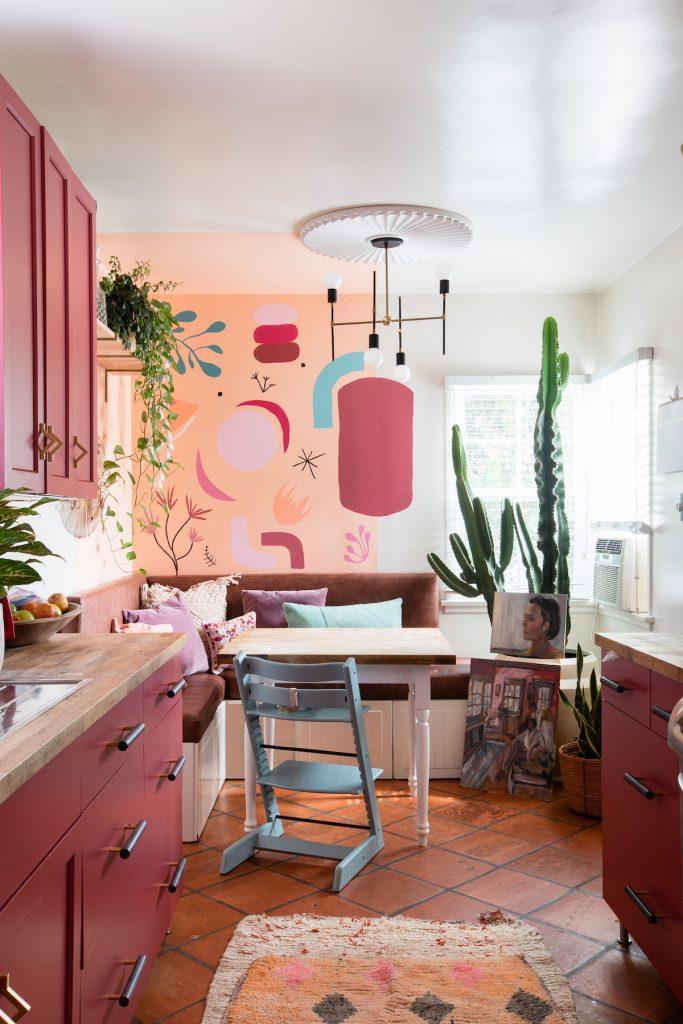 maison maximaliste cuisine salon framboise couleurs décoration originale - blog déco - clem around the corner