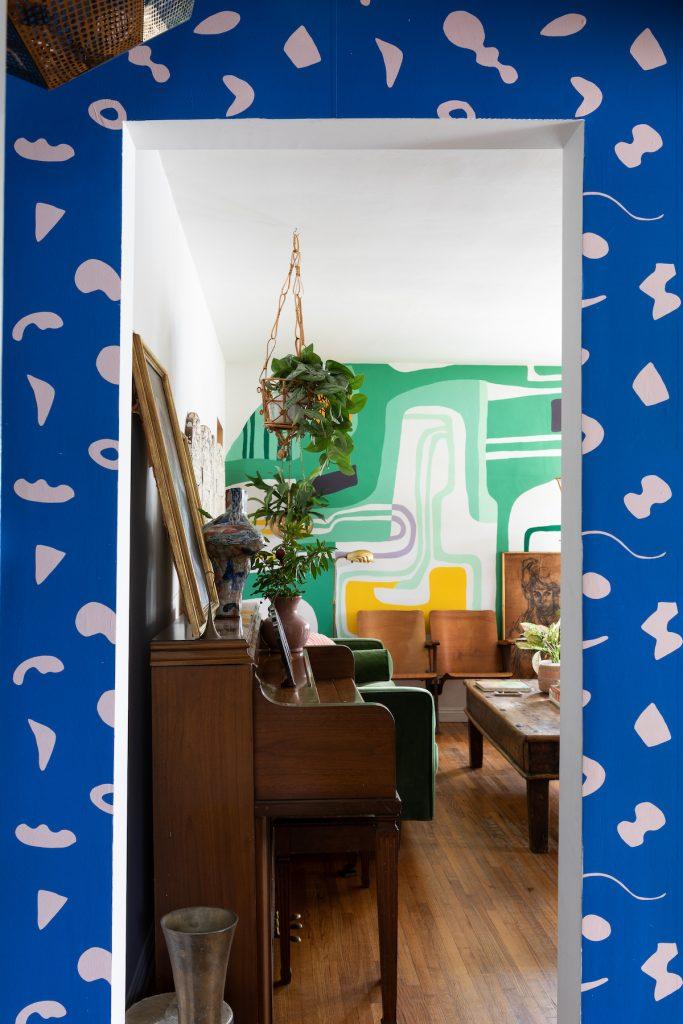 maison maximaliste couloir salon papier peint peinture couleurs - blog déco - clem around the corner