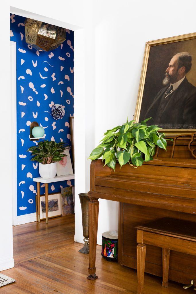 maison maximaliste couloir papier peint bleu piano vintage - blog déco - clem around the corner