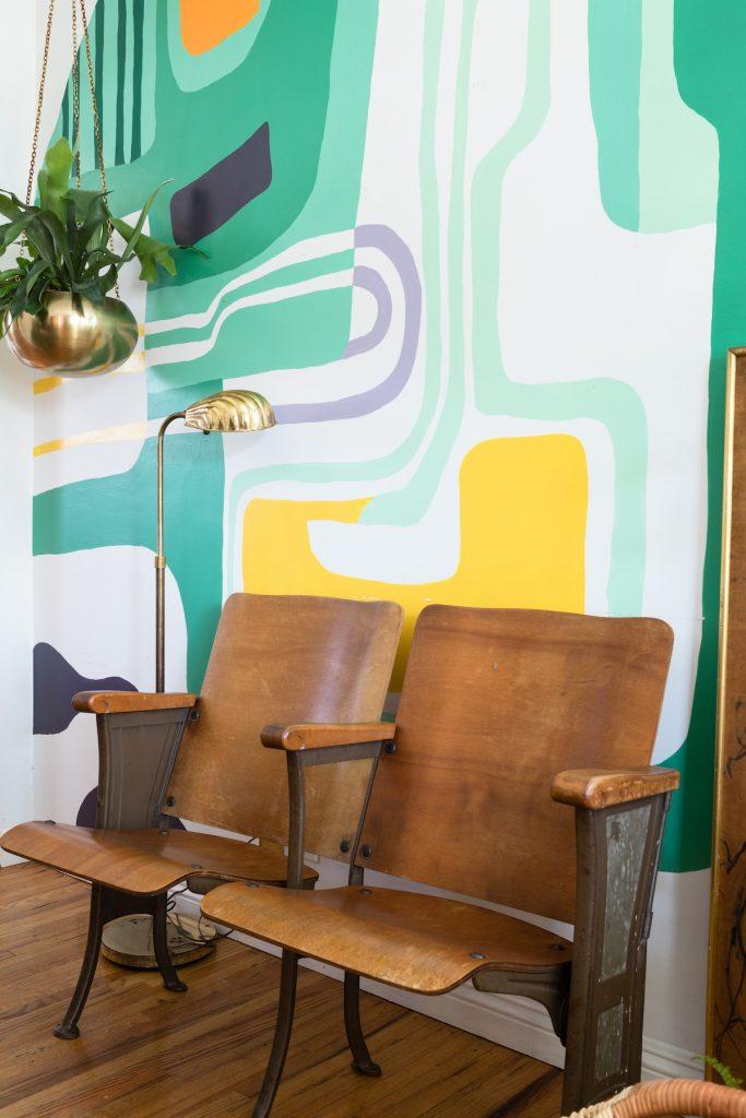 maison maximaliste décoration originale mur coloré banc bois vintage - blog déco - clem around the corner