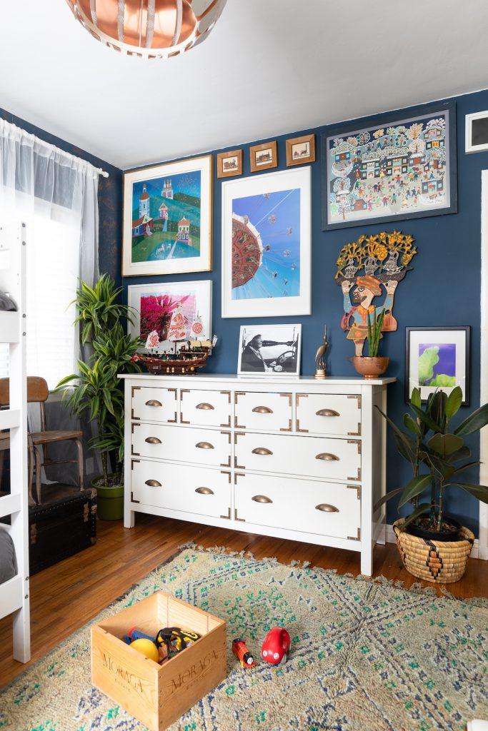 maison maximaliste chambre enfant mur bleu cadres - blog déco - clem around the corner