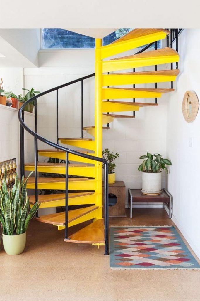 escaliers originaux peinture jaune colimaçon bois fluo déco - couloir bohème chic plantes verte tapis ethnique - blog déco - clem around the corner