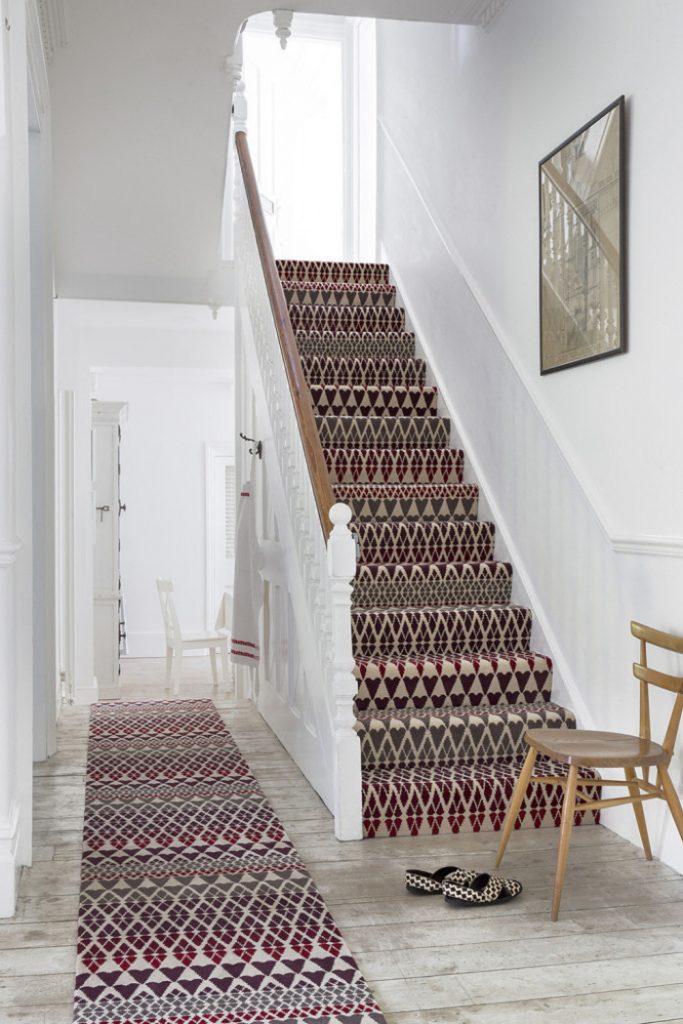 escaliers originaux rétro vintage en bois blanc chemin d'escalier motif ethniques parquet bois clair - blog déco - clem around the corner
