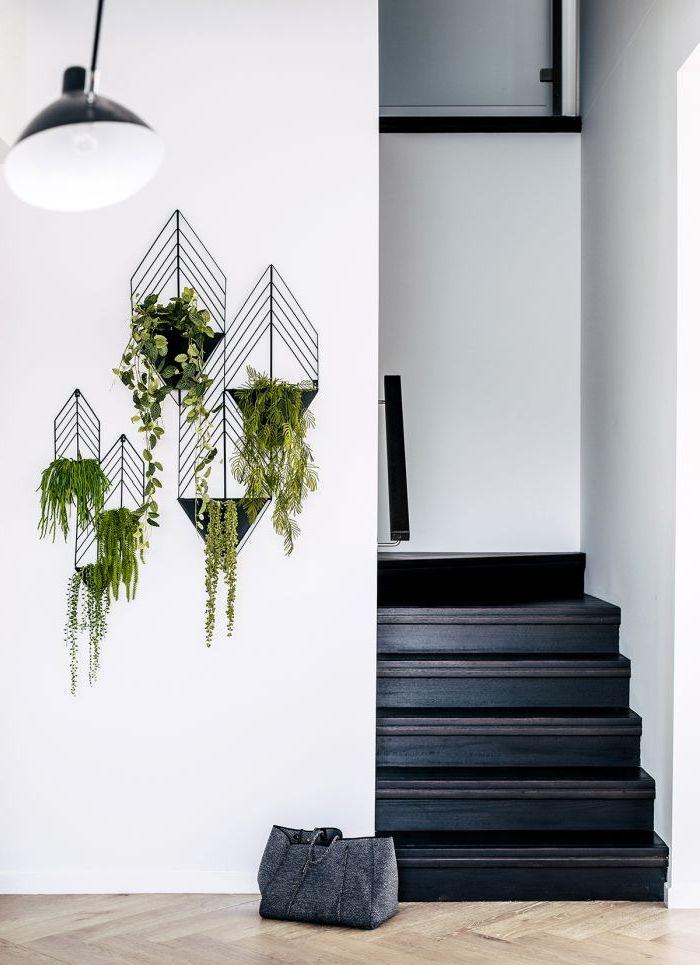 escaliers originaux peindre une cage d'escalier en 2 couleurs escalier noir mur blancs porte plantes muraux métal noir - blog déco - clem around the corner