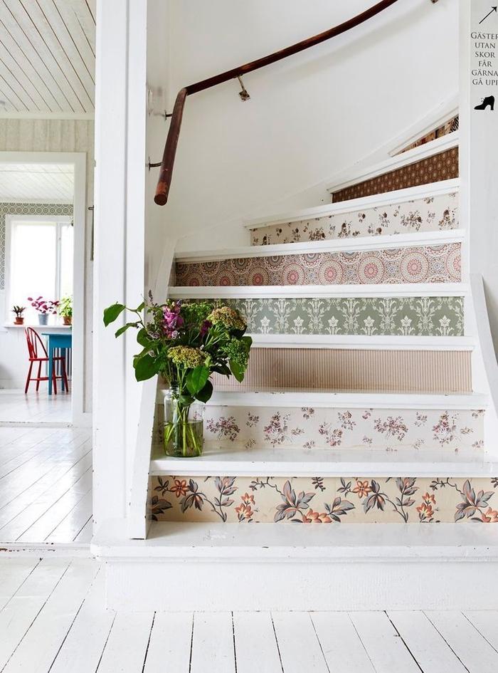 escaliers originaux papier peint stickers contremarche escalier motifs vintage parquet blanc rampe en bois escalier style champetre - blog déco - clem around the corner