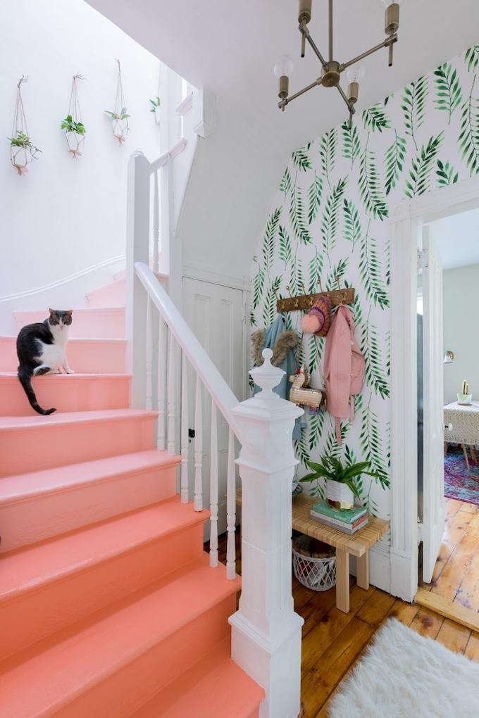 escaliers originaux chat dégradé rose saumon papier peint motif feuilles gipsy - blog déco - clem around the corner