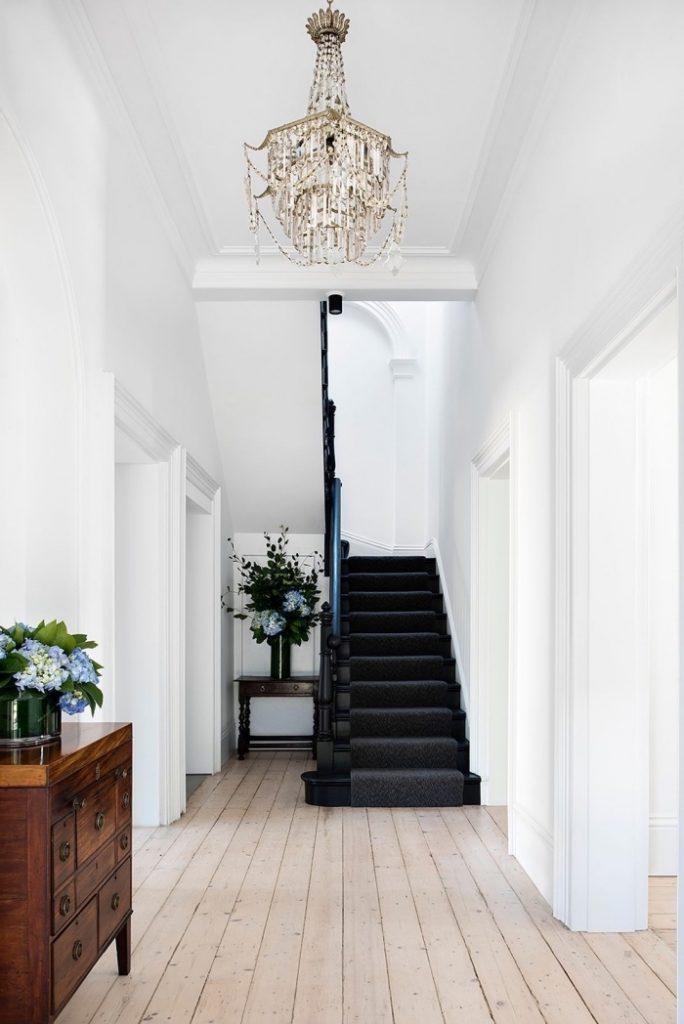 escaliers originaux tout en noir tapis moquette intérieur classique - blog déco - clem around the corner